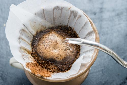 Filterkaffee-mit-Wasser-übergießen