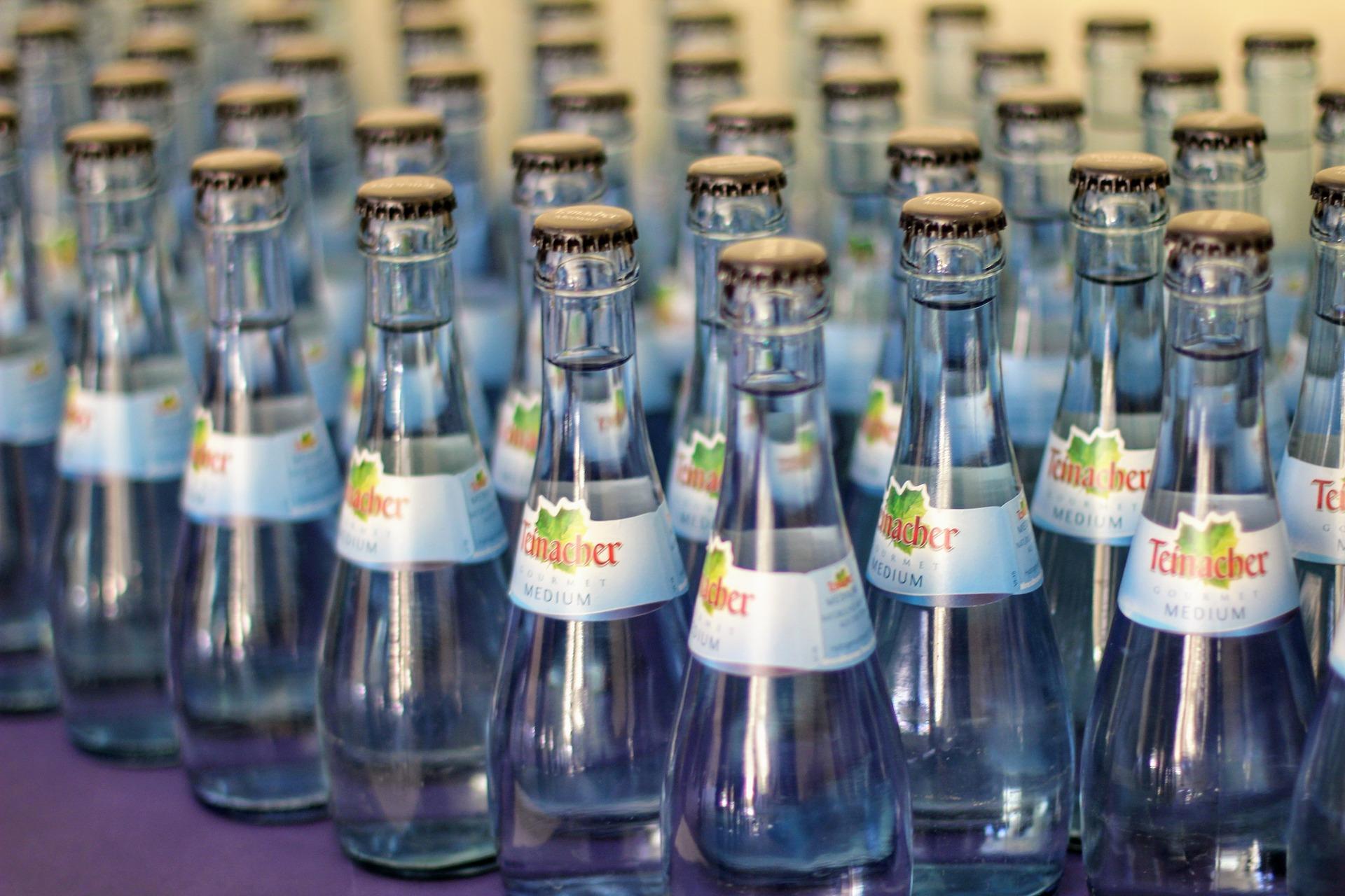 Mineralwasser-Glasflaschen-Produktion