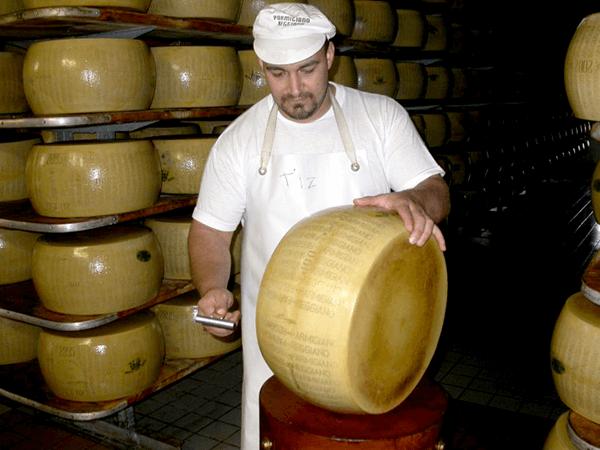 Lavorazione-Parmesan-stechen