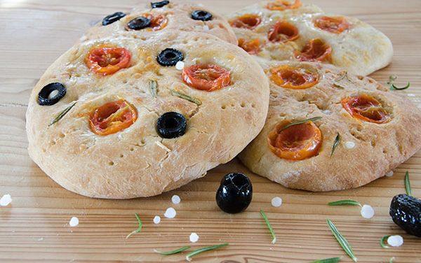 Rezept: Blitz-Focaccia mit eingelegten Kirschtomaten und Oliven