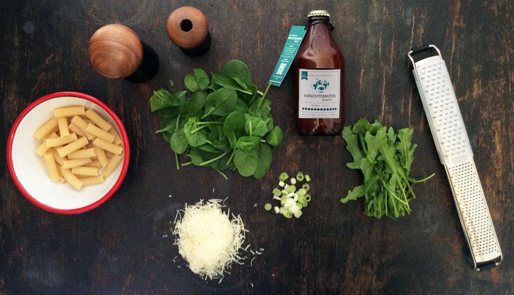 Zutaten-tomatensauce-parmesan-rauke-blattspinat-sals-pfeffer