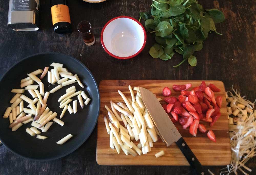 rezept-spargelsalat_zutaten-erdbeeren-blattspinat-olivenoel-mosto_cotto